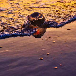 Das war mein zweites Kugelbild 😁 Es gab sehr nasse Füße und eine total nasse Kameratasche 😁. UND die Glaskugel wäre fast in der See verschwunden 😂. Habt ein schönes Wochenende 🍀😘 #lensball #glaskugel #see #sea #zeeland #travel #urlaub #ferien #holiday #glaskugelfotos #sunbeam #sunrise #sonnenuntergang #insta #instagood #instagram #nice #nikon #heaven #naturbild #outdoor #moments #moment #momentos