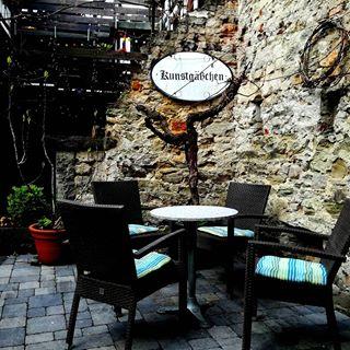 Diese kleine Gasse nennt man in #koblenz Künstlergasse. Eine kleine tolle Gasse mit kleinen schönen Geschäften und einer ganz tollen Bäckerei #kaffee. Immer ein Besuch wert♥. Die Sitzgelegenheiten laden zum verweilen ein um eine Leckerei zu essen oder einfach die Seele baumeln zu lassen! #niceday #rhein #mosel #niceplace #deutsch #outdoor #nice #stadtbummel #cafe #kuchen #caffetime #kaffeezeit