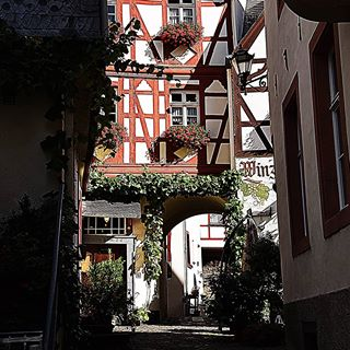 Tolle kleine Gassen gibt es auch in Deutschland!🍀❤🙏 #travel #urlaub #instagood #insta #instagram #mosel #blick #moselwein #fun #spaß #travelphotography #dankbarkeit #energie #believe #glaube #zufriedenheit